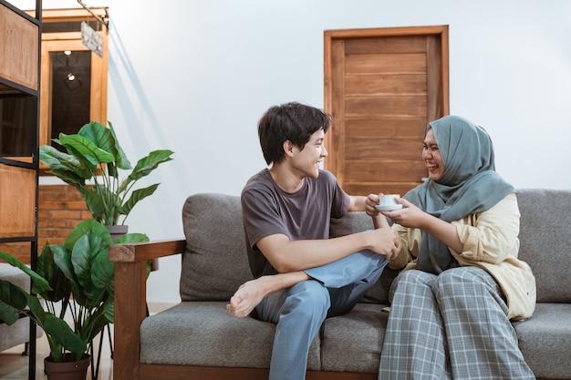 De Jeunes Couples Musulmans Asiatiques Discutent En Plaisantant Tout En Dégustant Un Café Dans Le Salon Photo Premium