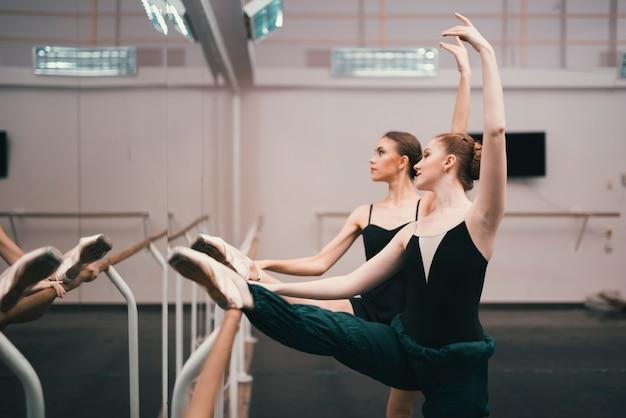 Jeunes danseuses classiques pratiquant dans le studio de danse Photo gratuit