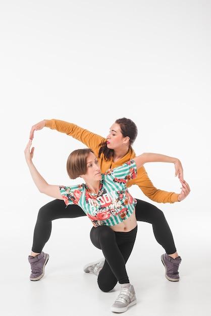 Jeunes danseuses posant sur fond blanc Photo gratuit