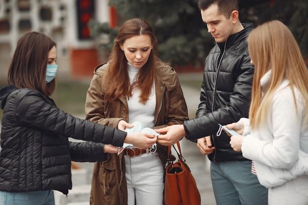 Les Jeunes Déploient Des Masques Jetables à L'extérieur Photo gratuit