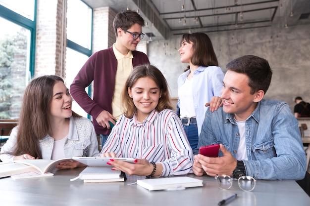 Jeunes discutant au café Photo gratuit