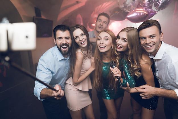 Les jeunes du club chantent des chansons, dansent et font des selfies Photo Premium