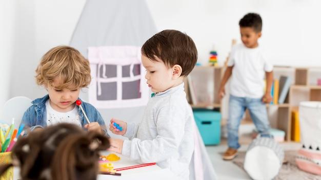 Jeunes Enfants Jouant Ensemble à La Maison Photo gratuit