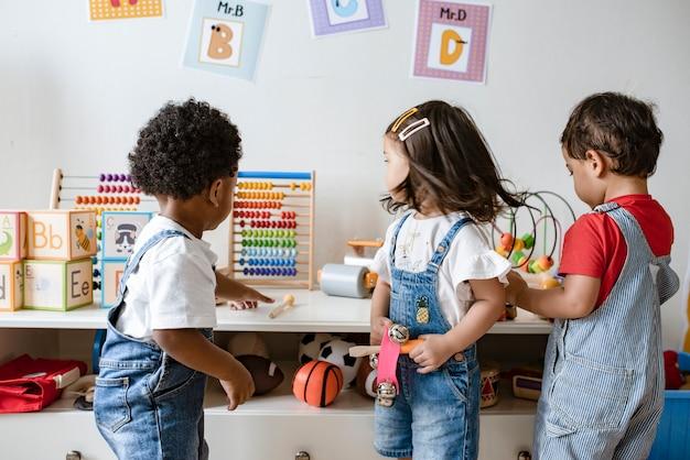 Jeunes enfants jouant avec des jouets éducatifs Photo Premium