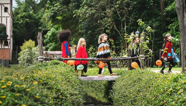 Les jeunes enfants tromper ou traiter pendant halloween Photo gratuit
