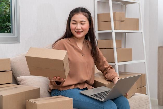 De Jeunes Entrepreneurs Asiatiques Heureux Organisent Des Boîtes Pour Livrer Des Produits Aux Clients. Photo Premium