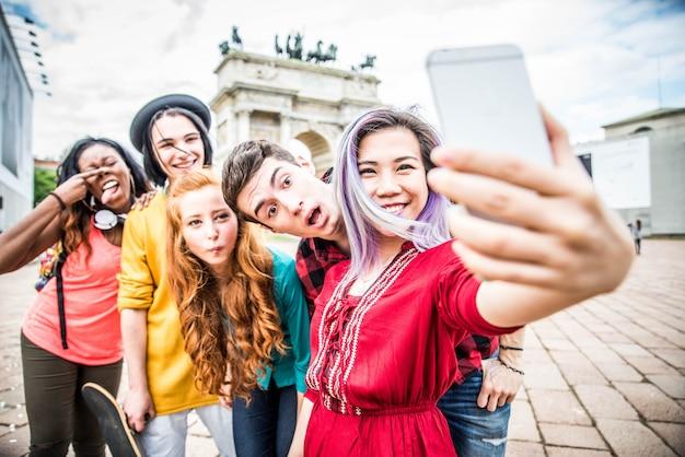 Jeunes étudiants à L'extérieur Photo Premium