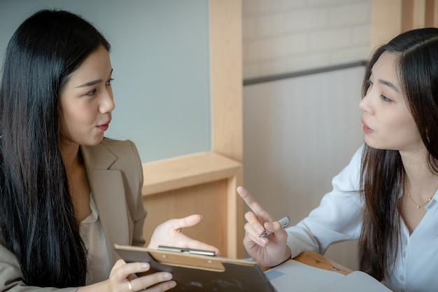 De jeunes femmes d'affaires discutent de la stratégie et du plan financier des charts Photo Premium