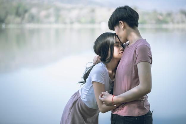 Jeunes Femmes Asiatiques Lgbt Couple Romantique Lesbienne S'embrassant Le Matin. Photo Premium