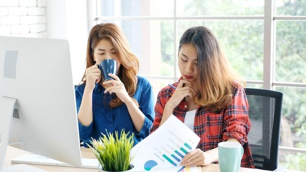 Jeunes femmes asiatiques travaillant au bureau à la maison avec moment d'émotion heureux Photo Premium