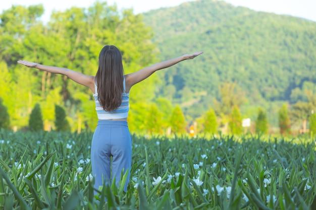 Jeunes Femmes à Bras Ouverts Heureusement Photo gratuit