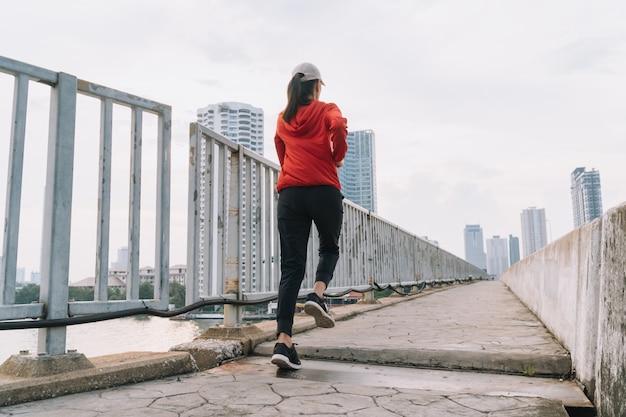 Les Jeunes Femmes Coureuses Dans La Rue Courent Pour Faire De L'exercice Sur La Route De La Ville; Sport, Personnes, Exercice Et Concept De Style De Vie Photo Premium