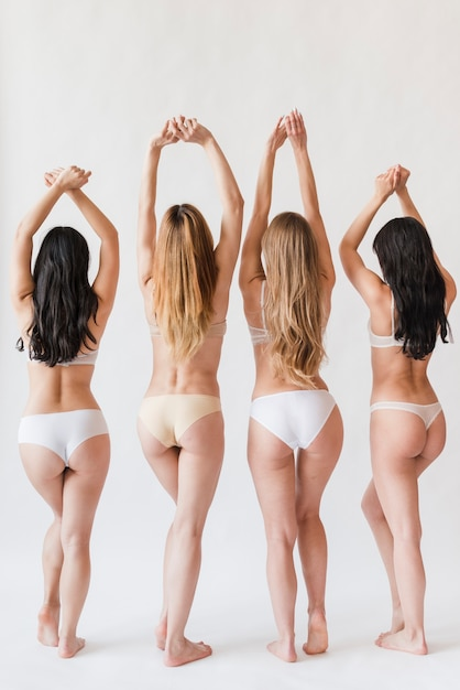 Jeunes femmes, debout, sous-vêtements, à, mains augmentées Photo gratuit