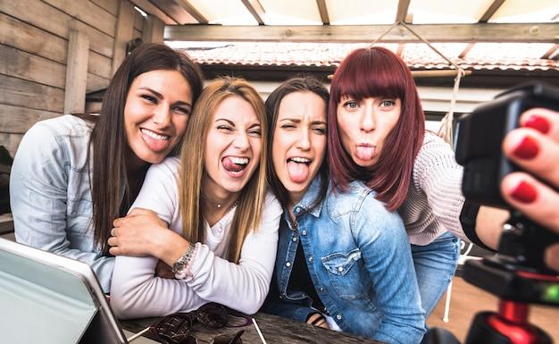 Jeunes Femmes Du Millénaire Prenant Selfie Pour La Plate-forme De Streaming Via Une Webcam Web D'action Numérique Photo Premium