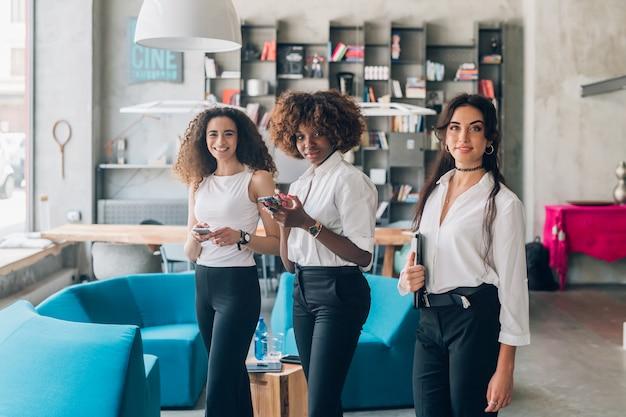Jeunes femmes de l'équipe créative travaillant à l'intérieur Photo Premium