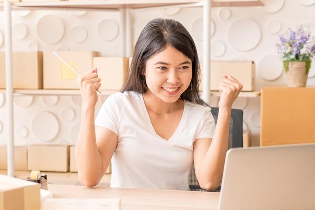 Jeunes Femmes Heureuses Après Une Nouvelle Commande Du Client Photo Premium