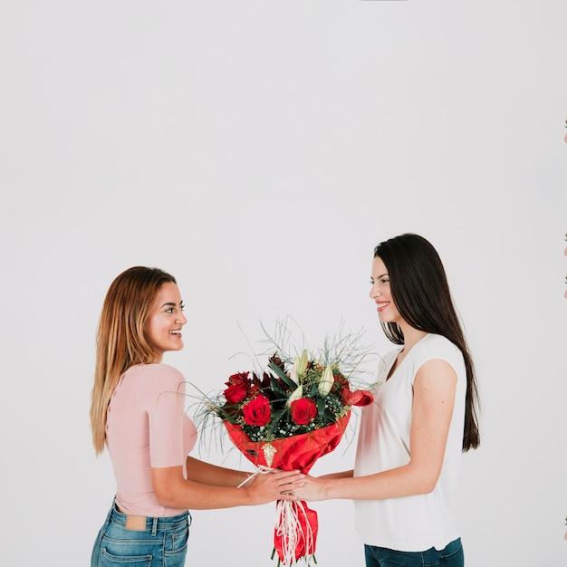 Jeunes femmes lesbiennes avec des fleurs Photo gratuit