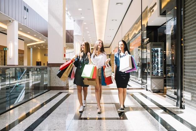 Jeunes femmes marchant dans un centre commercial Photo gratuit
