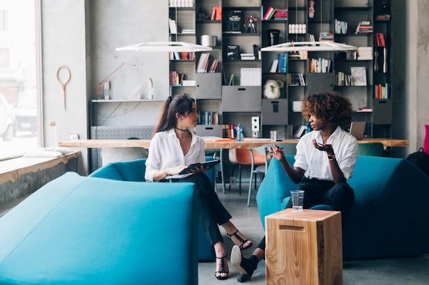 Jeunes femmes multiraciales travaillant pour un nouveau projet dans un bureau moderne Photo Premium
