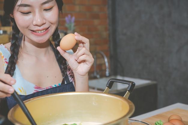Les jeunes femmes préparent des collations dans la cuisine. Photo gratuit