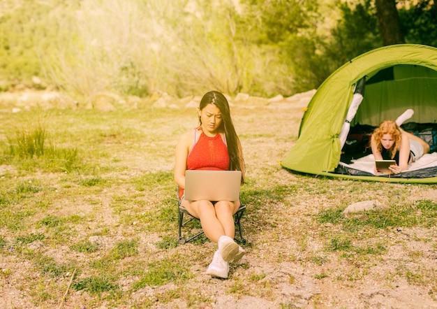 Jeunes femmes, utilisation, gadgets, dehors Photo gratuit