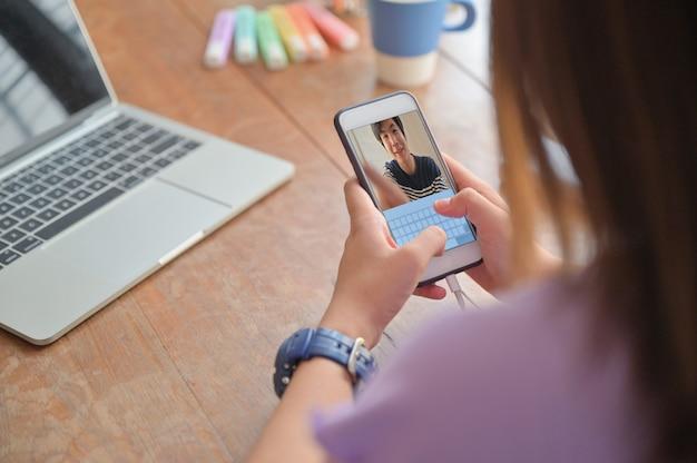 Les Jeunes Femmes Utilisent Un Smartphone Pour Passer Des Appels Vidéo Avec Un Ami Masculin Photo Premium