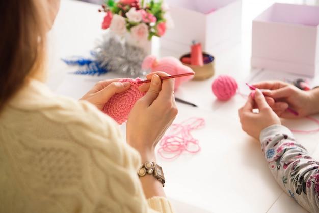 Jeunes filles attirantes dans une leçon de crochet Photo Premium