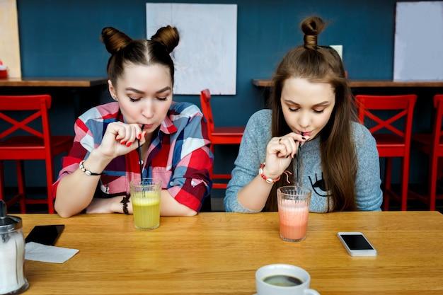 Jeunes filles s'amusant dans un café-bar Photo Premium
