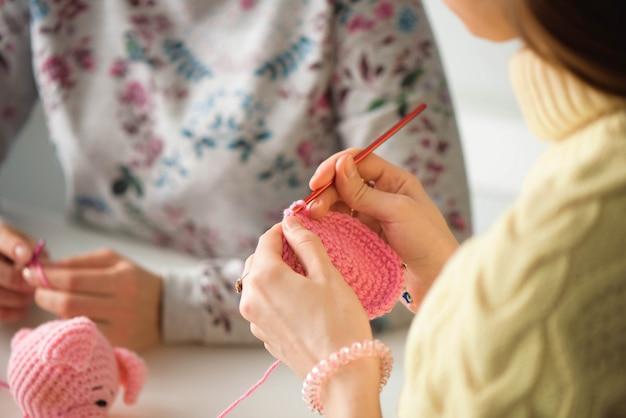 Jeunes filles séduisantes dans une leçon de tricot Photo Premium