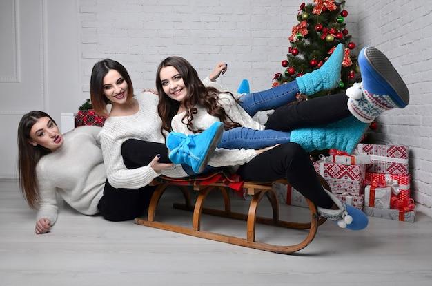 Jeunes filles avec un traîneau Photo Premium