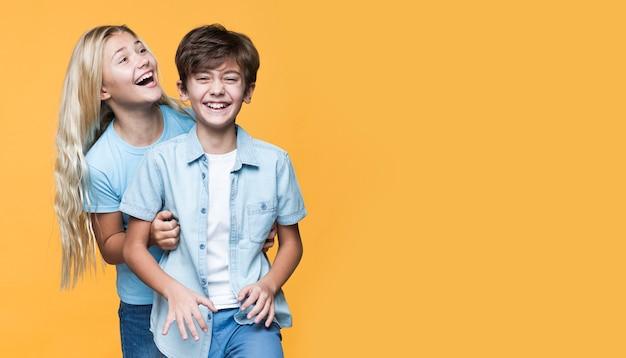 Jeunes Frères Et Sœurs étreignant Avec Copie-espace Photo gratuit