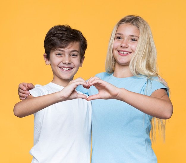 Jeunes Frères Et Sœurs En Forme De Coeur Avec Les Mains Photo gratuit