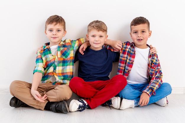 Jeunes Garçons à Angle élevé Au Jour Du Livre Photo gratuit