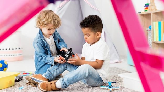 Jeunes Garçons, Dans, Tente, Chez Soi, Jouer, à, Jouets Photo gratuit