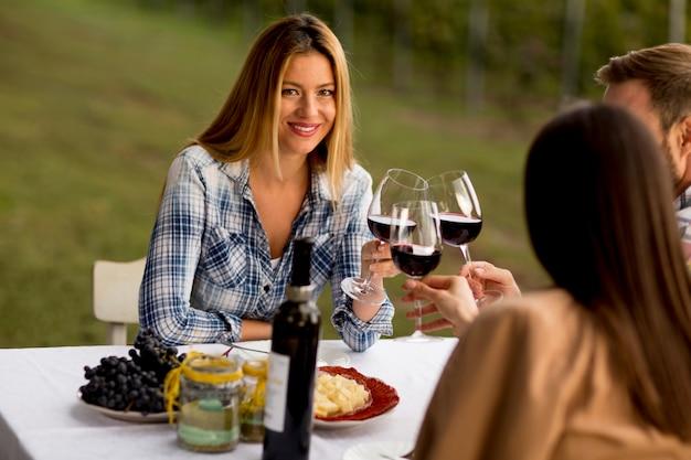Jeunes gens à la table dans le vignoble Photo Premium