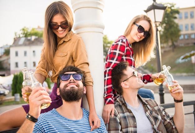 Jeunes heureux marchant en plein air Photo Premium