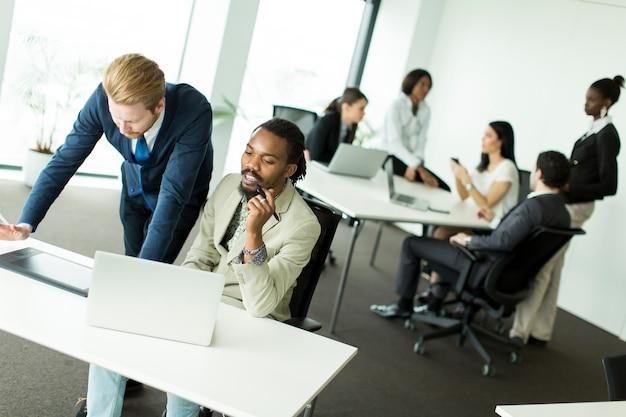 Jeunes hommes d'affaires multiraciales Photo Premium