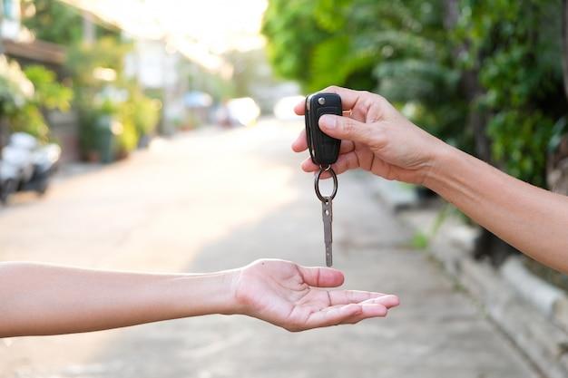 De jeunes hommes d'affaires soumettent des clés de voiture à Photo Premium