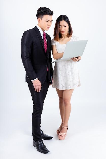 Jeunes hommes d'affaires travaillant avec un ordinateur portable sur blanc Photo gratuit