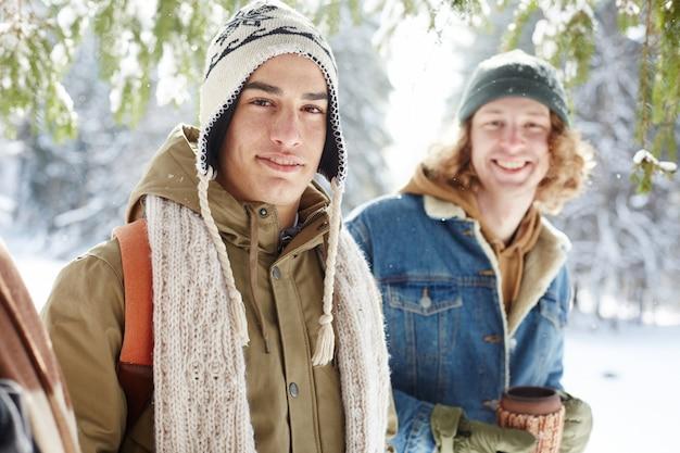 Jeunes Hommes Posant En Hiver Photo gratuit