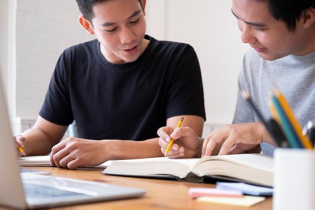 Jeunes hommes qui étudient pour un examen Photo Premium