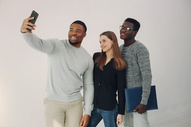 Jeunes Internationaux Travaillant Ensemble Et Utilisant L'ordinateur Portable Photo gratuit