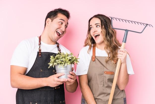 Jeunes Jardiniers Latins Amoureux Couple Photo Premium