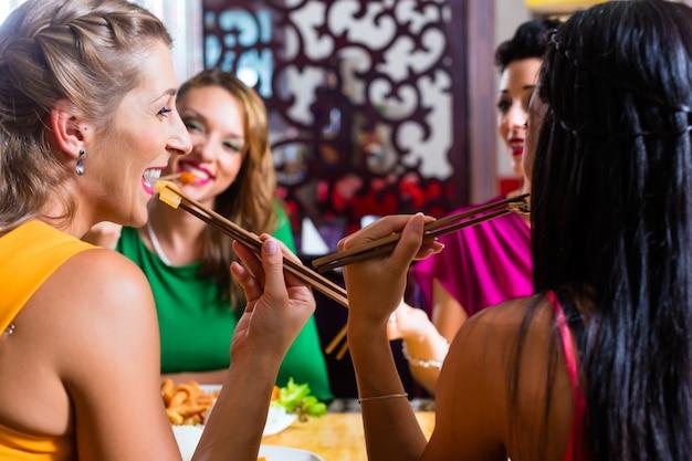 Les jeunes mangent au restaurant asie Photo Premium