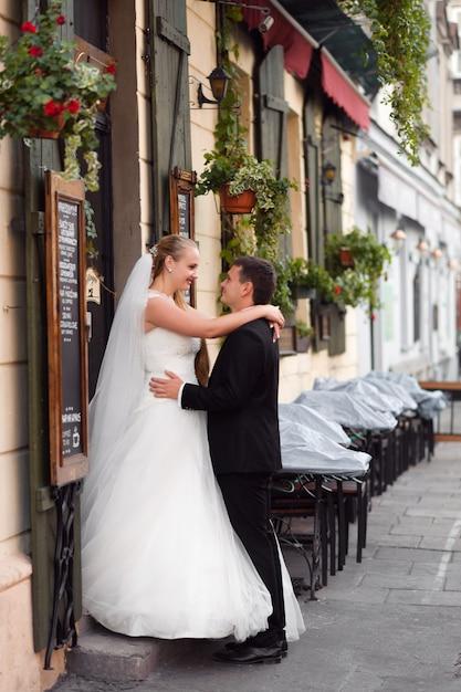 Jeunes Mariés Avant Le Mariage Photo gratuit