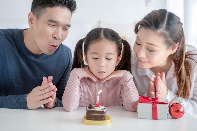 Jeunes parents fêtant le premier anniversaire de sa fille Photo Premium
