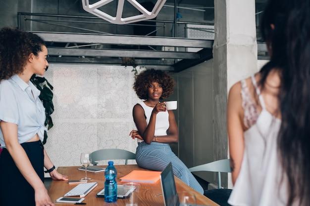 Jeunes Pigistes Multiraciales Ayant Une Réunion Informelle Dans Un Bureau Co-working Photo Premium