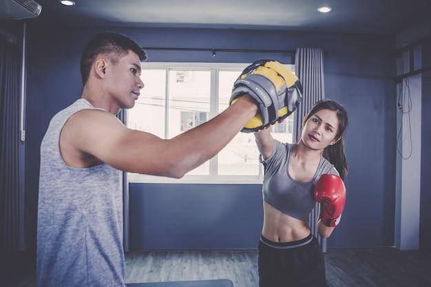 Jeunes pratiquant la boxe et le jeu de jambes en classe d'entraînement Photo Premium