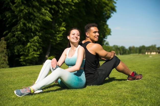 Jeunes pratiquant un sport en plein air Photo gratuit