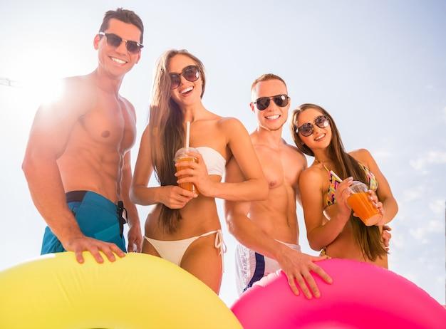 Jeunes s'amuser dans la piscine. Photo Premium